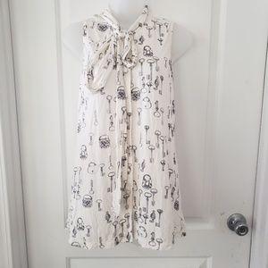 Cabi white key & lock print sleeveless blouse sz s